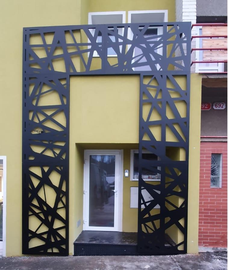balkonové zábradlí a zástěna u vchodu