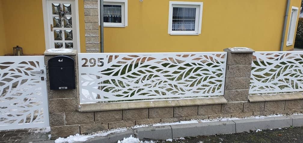moderní plot a branka